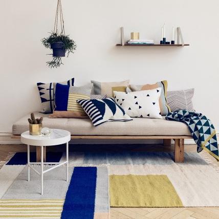 tapis-surperpose-couleurs-en-association-avec-les-couleurs-du-canape